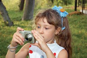 Ребенок обучается фотографировать
